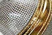 30-04-2004 : une balle de cricket recouverte de diamants et d'or