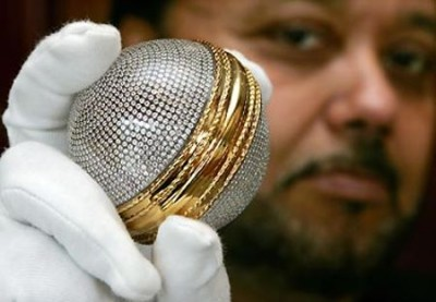 Premiere balle de cricket en diamant- First cricket ball in gold