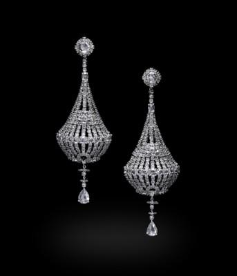 Boucle d'oreille chandelier en or blanc et diamants blancs, ©CARNET