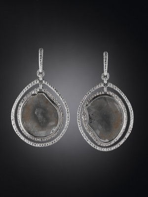 Boucle d'oreille en diamants blancs et macle de diamant, ©CARNET