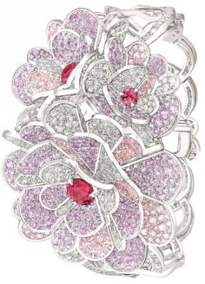 Collection Jardin de Camélias, bracelet Origami, or blanc, diamants, saphirs roses, spinelles. ©Chanel