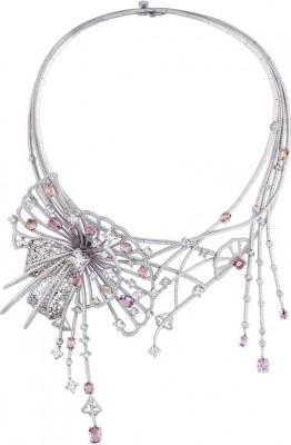 Collection L'ame du voyage collier geisha, saphir padparasha, saphir rose, diamants, ©LOUIS VUITTON
