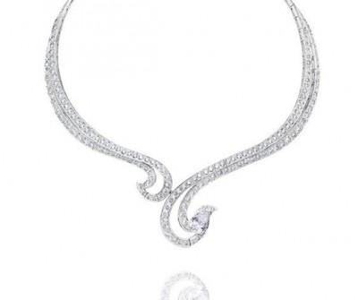 Collier Crest, collection Phenomena, or blanc, diamants blancs, ©DE BEERS