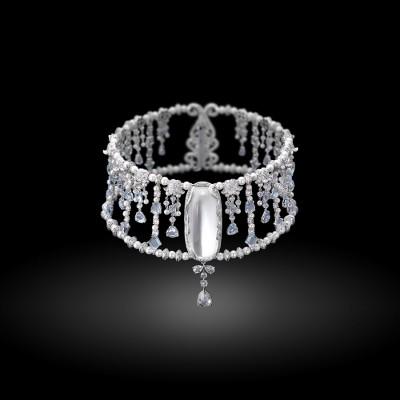 Collier Icy Radiance, perle blanche, Aigue0-marine, saphirs, pierre de Lune, diamants, or blanc 18K, ©CARNET