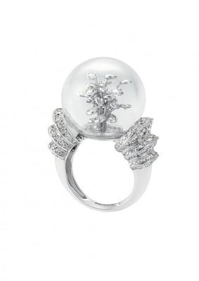 collection Hotel de la Lumière, bague Perles d'Eclat, bulle de cristal de roche et diamants, ©BOUCHERON