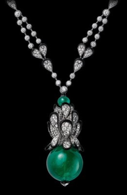 COLLECTION  L'ODYSSÉE DE CARTIER PARCOURS D'UN STYLE, collier en or blanc, emeraude, laque noire, diamants. CARTIER