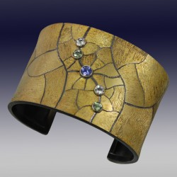 VAATZ Wolgang-Cuff in 18k gold fused on sterling silver, oxidized tanzanite, white beryls, green tourmalines