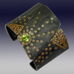 VAATZ Wolgang-Cuff in 22k gold, gold nuggets, fused on sterling silver, oxidized, peridot