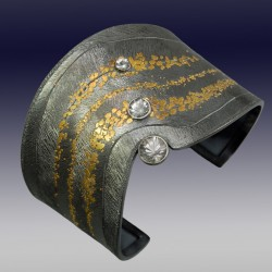 VAATZ Wolgang-Cuff in gold nuggets, fused on sterling silver, oxidized, natural topaz