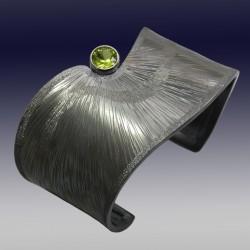 VAATZ Wolgang-Cuff in oxidized sterling silver, peridot