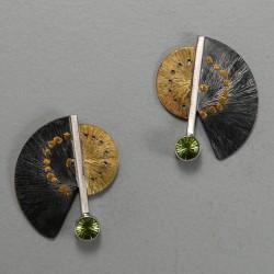 VAATZ Wolgang-Earrings in 18k gold, gold nuggets, fused on sterling silver, oxidized peridot