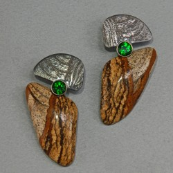 VAATZ Wolgang-Earrings in jasper with oxidized sterling silver, chrome diopsides, ©Wolfganag Vaatz
