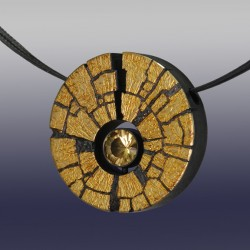 VAATZ Wolgang-Pendant in 18k gold fused on sterling silver, oxidized, golden beryl