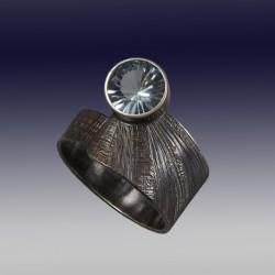 VAATZ Wolgang-Ring in oxidized sterling silver sky blue topaz