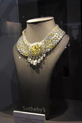 Collier en diamants blancs et diamants jaunes, diamant central de102.50ct