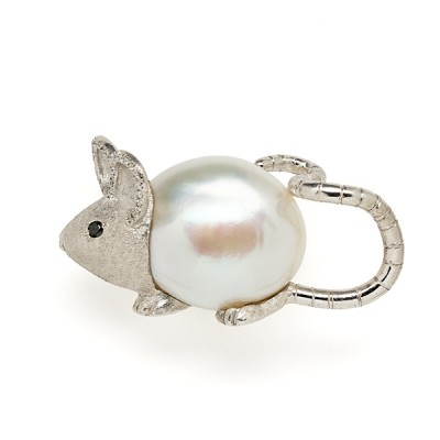 Broche souris en perle et diamant - Mouse with Pearl Body and Diamond Detail, 2016
