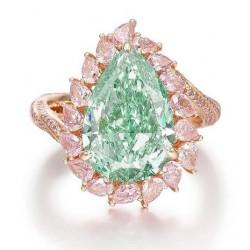 12 octobre 2021 $3,055,681 pour une bague avec un diamant vert et des diamants roses